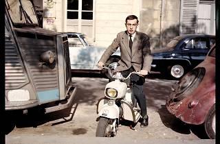('Autoportrait au Rolleiflex', Paris, 1959 © Raymond Depardon / Magnum Photos)