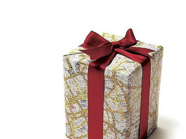 Un rouleau de papier cadeau coloré