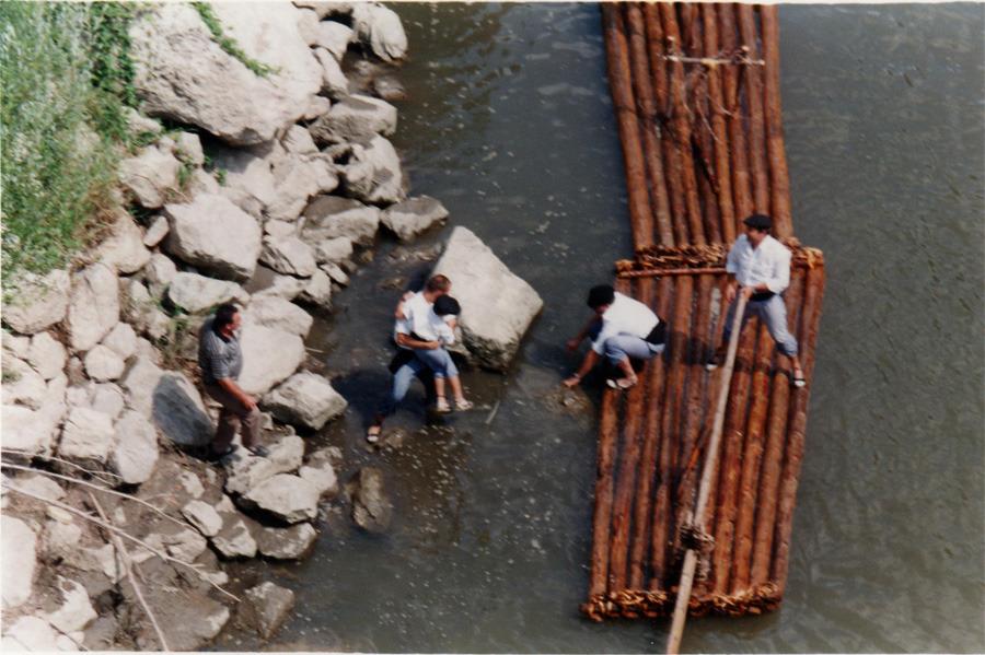Els que baixaven pel riu dalt d'uns troncs