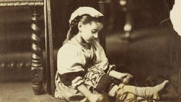 Edmond Lebel avec l'aide de Désiré Lebel, 'Petite fille vêtue à l'italienne, laçant sa chaussure', vers 1865