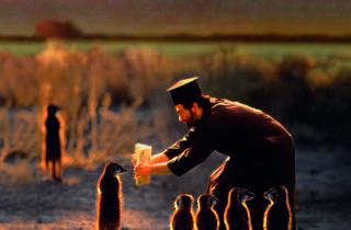 (Joan Fontcuberta, 'Miracles & Co' (Munkki Juhani fait lire du Kalevala à des suricates lapons, 2002) / © Joan Fontcuberta )