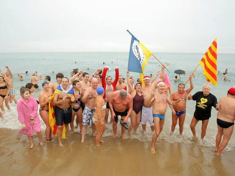 Primer bany de l'any a la Barceloneta
