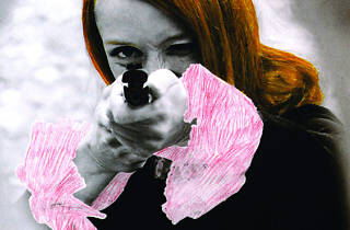 ('Niki de Saint Phalle en train de viser', 1972 / Photographie extraite du film 'Daddy' / © Peter Whitehead)