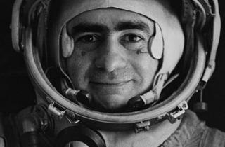 (Joan Fontcuberta, 'Spoutnik' (portrait officiel du pilote-cosmonaute Ivan Istochnikov, 1968) / © Joan Fontcuberta)