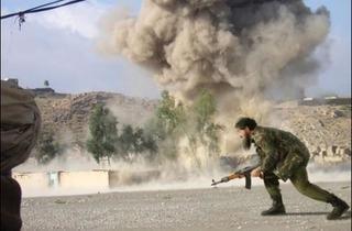 (Joan Fontcuberta, 'Déconstruire Oussama' (Le Dr. Fasqiyta-Ul Junat menant une incursion de la guérilla des talibans, 2003) / © Joan Fontcuberta)