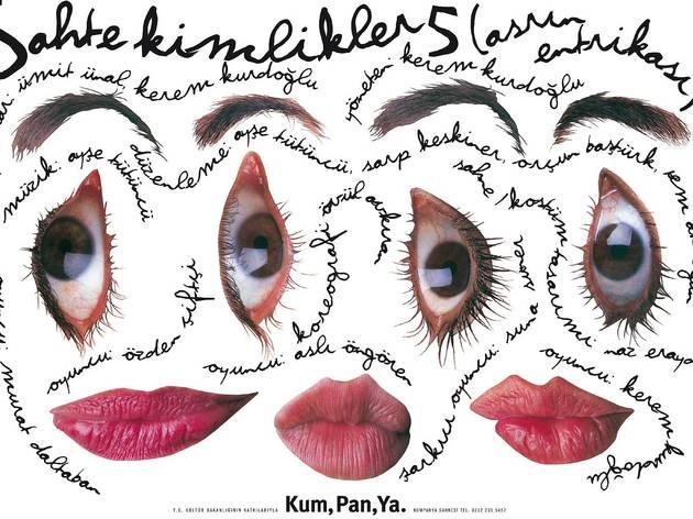 (Bülent Erkmen, Fake Identities 5, affiche réalisée pour la troupe de théâtre Semaver Kumpanya, photographie Fehti Izan, 1998)
