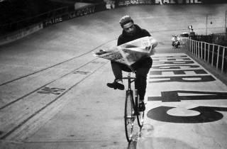 (Course cycliste « Les 6 jours de Paris », vélodrome d'Hiver, Paris, novembre 1957 / © Henri Cartier-Bresson / Magnum Photos, courtesy Fondation Henri Cartier-Bresson)
