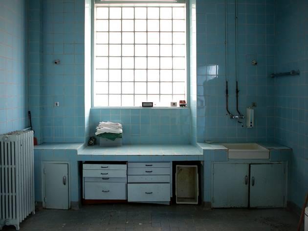 (Mathieu Pernot, Ancien bloc opératoire, hôpital de Picauville (Manche), 2010 / ©Mathieu Pernot)
