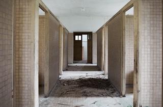 (Mathieu Pernot, Anciennes salles de bain, hôpital de Picauville (Manche), 2010 / © Mathieu Pernot)