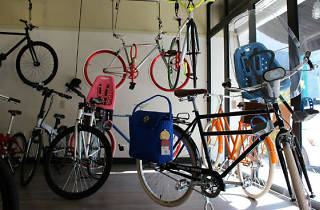 Creadores de bicis tomando café