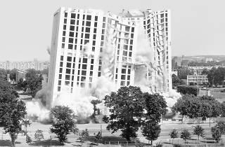 (Mantes-la-jolie, 1er juillet 2001, (série 'Implosions', 2001-2008) / Courtesy de l'artiste / ©Mathieu Pernot)