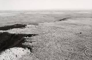 (Robert Adams, Quarried Mesa Top, Pueblo County, Colorado, 1978 / © Robert Adams / Courtesy Fraenkel Gallery, San Francisco et Matthew Marks Gallery, New York)