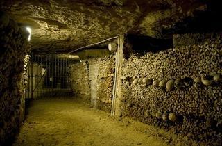 Dans les catacombes