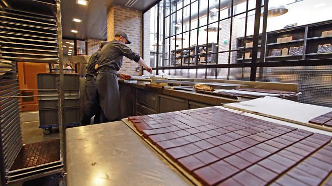 le chef alain ducasse a ouvert l 39 unique manufacture de chocolat parisienne time out paris. Black Bedroom Furniture Sets. Home Design Ideas