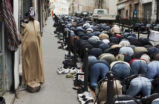 (Martin Parr, 'La Goutte d'Or. Prière dans la rue', 2011 / © Martin Parr / Magnum Photos / Galerie Kamel Mennour)