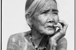 (Jake Verzosa, 'La dernière femme Kalinga tatouée', 2011 / © Jake Verzosa)