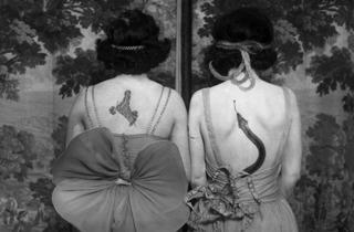 (Photographe anonyme, 'Women wearing tattoos and costumes' / © CORBIS pour Bettmann - http://www.corbisimages.com )