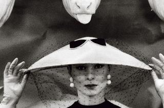 (Guy Bourdin, 'Vogue' (France), février 1955 / © Estate of Guy Bourdin, reproduit avec l'autorisation de Art + Commerce)
