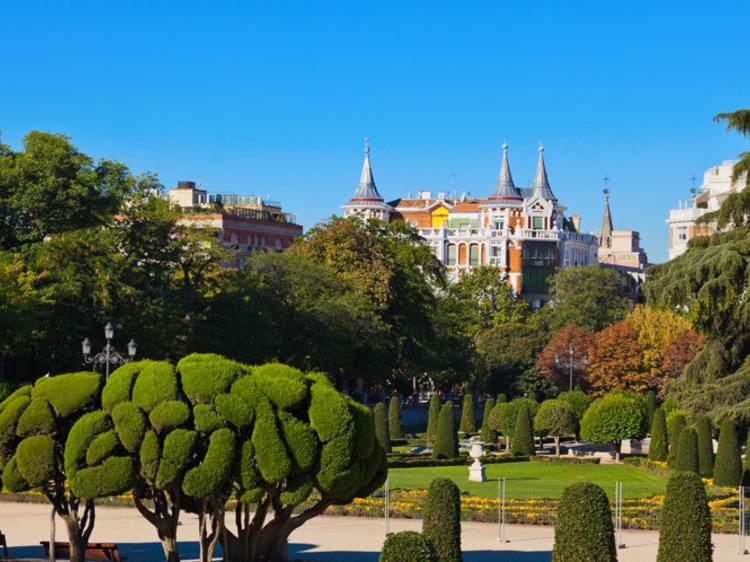 Pasea por el principal parque de Madrid en El Retiro
