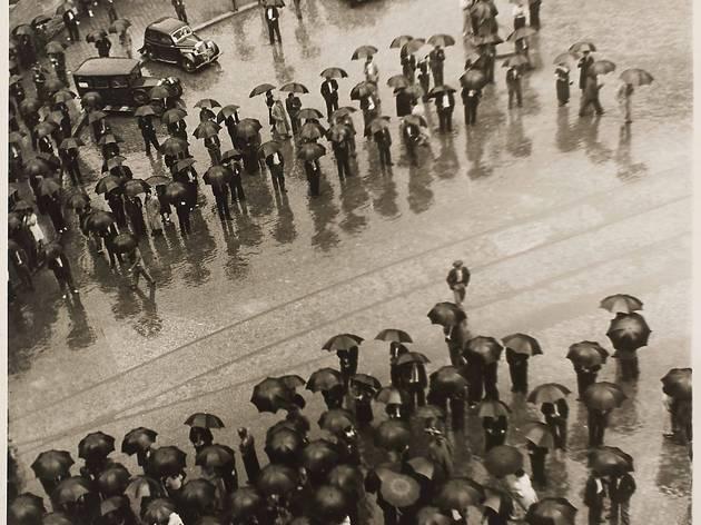 (Kati Horna, 'Los Paraguas, mitin de la CNT', 1937 / © 2005 Ana María Norah Horna y Fernández)