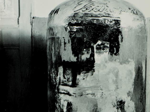 (Kati Horna, 'El botellón', série 'Paraísos artificiales', Mexico, 1962 / © 2005 Ana María Norah Horna y Fernández)
