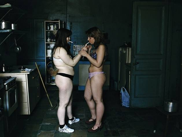 (Françoise Huguier, Les appartements communautaires. Nus dans la cuisine, Saint Pétersbourg, Russie, 2005 / © Françoise Huguier / Agence VU' )