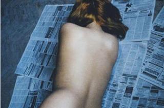 (Françoise Huguier, 'Nu sur journaux', Saint-Pétersbourg, 'Les Appartements communautaires', Russie, 2002 / Courtesy Polka Galerie, Paris)