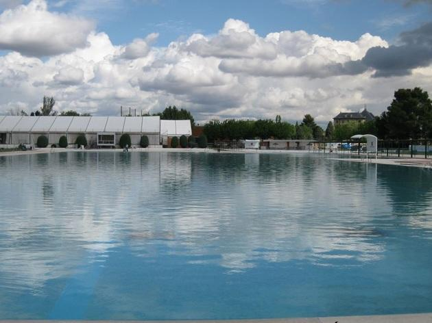Top public swimming pools in madrid when where how much for Piscina lago madrid