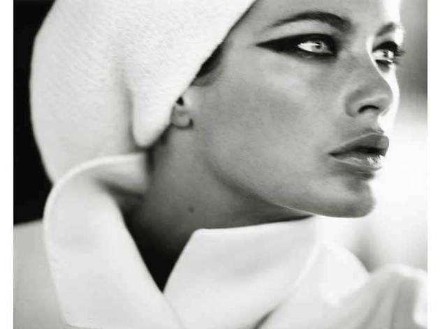 (Carolyn Murphy, 'Harpers Bazaar', Saint-Tropez, 1999 / © Mario Testino)