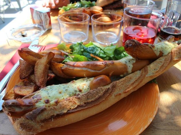 Un hot-dog sur le toit d'un ciné