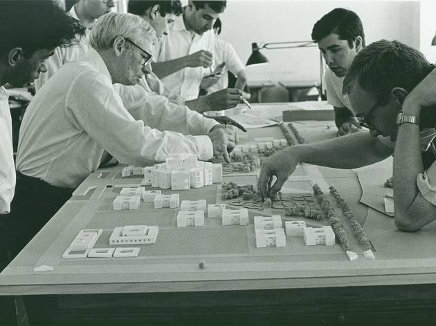 (Louis Kahn and employees in model-making, in the late 1960s © Architectural Archives of the Uni. of Pennsylvania, photo George Alikakosdman)