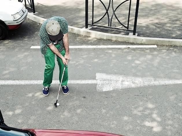 Une partie de golf dans la ville
