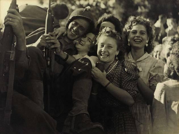 (Robert Cohen, 'L'accueil fait aux soldats', 25 août 1944/ © Musée Carnavalet / Parisienne de photographie)