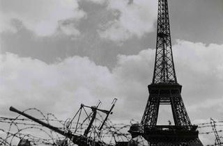 ( Jean Séeberger, 'La DCA américaine, place de Varsovie', 28 août 1944 / © Musée Carnavalet / Parisienne de photographie)