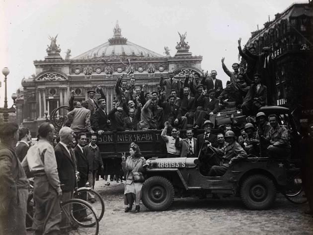('Prisonniers rapatriés, place de l'Opéra, 9e arrondissement' / © Musée Carnavalet / Parisienne de photographie)