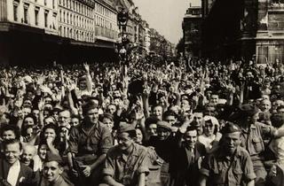 (René Zuber, 'La foule attend l'arrivée du général de Gaulle, rue de Rivoli près de l'Hôtel de ville', 26 août 1944 / © Musée Carnavalet / Parisienne de photographie)