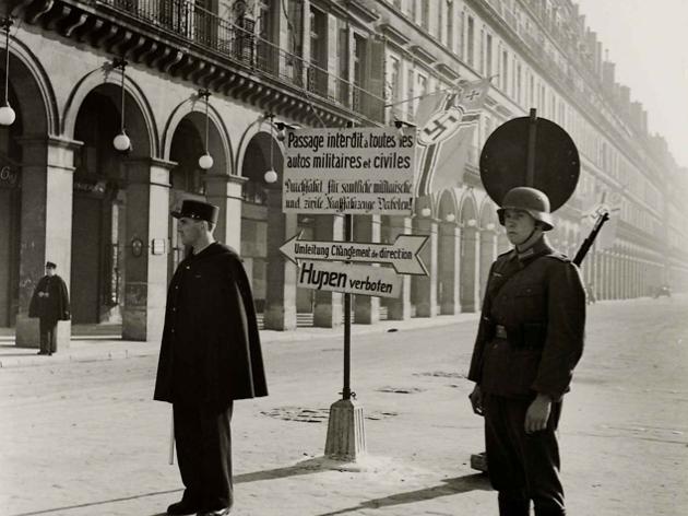 (Roger Schall, 'Partie de la rue de Rivoli interdite', 1940 / © Musée Carnavalet / Roger-Viollet)