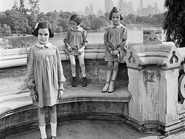 (Roman Vishniac, 'Trois soeurs, peu après leur arrivée aux Etats-Unis', New York, 1941 / ©Mara Vishniac Kohn / Courtesy International Center of Photography)