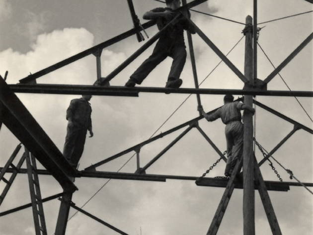 (Roman Vishniac, 'Jeunes sionistes bâtissant une école et une fonderie', Wieringermeer, Pays-Bas, 1939 / © Mara Vishniac Kohn / Courtesy International Center of Photography)