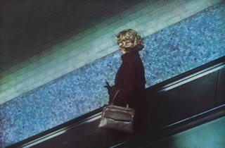 (Dolorès Marat, 'La Femme au sac à main', Charles-de-Gaulle-Etoile, 1987 / © Dolorès Marat / Collection Maison Européenne de la Photographie, Paris)