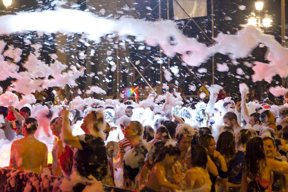 Fiestas de verano en barcelona de la espuma en piscinas for Follando en la piscina gay