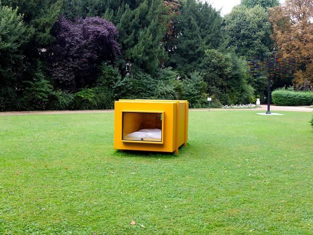 (Vue de l'exposition 'Sèvres Outdoors' (Atelier Van Lieshout, 'Dynamo Capsule Hotel', 2010) / ©TB)