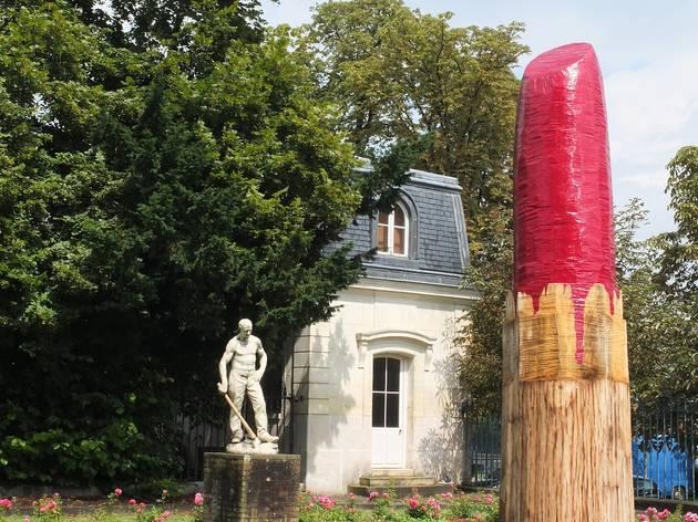 (Vue de l'exposition 'Sèvres Outdoors' (Vincent Olinet, 'Rouge Sèvres', 2014) / ©TB)