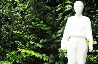 (Vue de l'exposition 'Sèvres Outdoors' (Nicolas Milhé, 'Rosa Luxemburg', 2014) / ©TB)