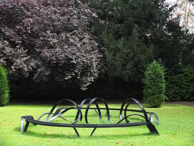 (Vue de l'exposition 'Sèvres Outdoors' (Pablo Reinoso, 'Vice versa', 2012) / ©TB)