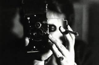 (Germaine Krüll, 'Autoportrait avec cigarette', 1925 / Centre Pompidou, MNAM-CCi / © Estate Germaine Krull, Museum Folkwang, Essen)