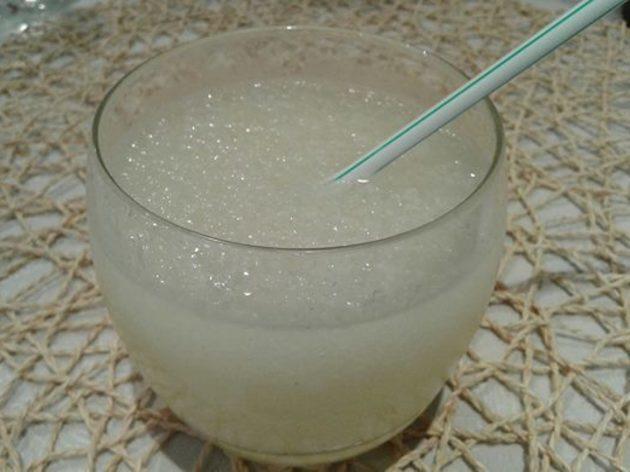Beberse un granizado de pomada en la Eivissenca de Horta