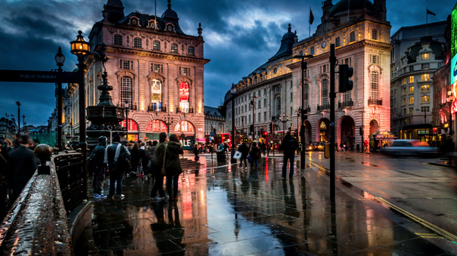 42 glittering photos of London in the rain