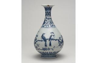 (Porcelain bottle with underglaze cobalt blue decoration. Yongle era, 1403-1424. Jingdezhen, Jiangxi province. © The Trustees of the British Museum)