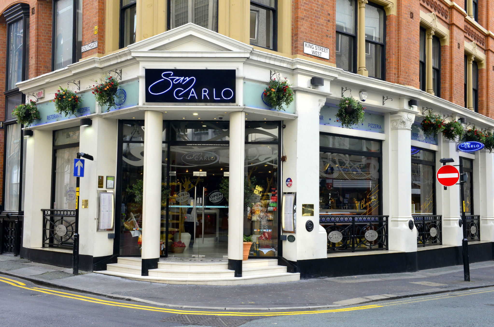 San Carlo, Manchester, Exterior